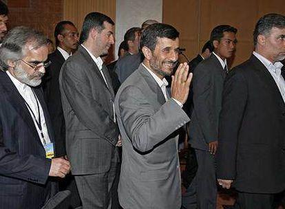 Mahmud Ahmadineyad, a la salida de una cumbre de países en vías de desarrollo en Kuala Lumpur.