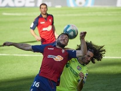 Arnaiz pelea un balón aéreo con Cucurella.