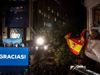 La cúpula del PP, celebrando la victoria electoral de Isabel Díaz Ayuso desde el balcón de su sede en Génova.