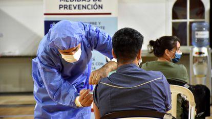 Un hombre recibe la vacuna Sputnik, en San Juan, Argentina, en diciembre de 2020.