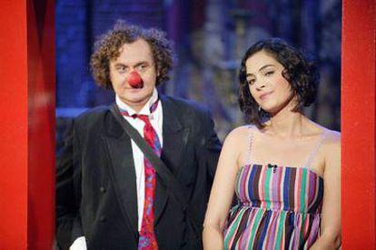 Rocío Muñoz, presentadora de <i>La mandrágora,</i> con Gabriel Chamé.