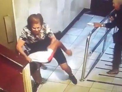 La Ertzaintza busca al atracador, que tumbó de un manotazo a una de las mujeres