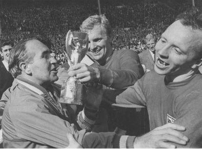 El seleccionador inglés, Alf Ramsey, el capitán, Bobby Moore y Nobby Stiles con la Copa del Mundo de 1966.