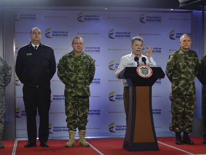 El presidente Juan Manuel Santos, este lunes, con la cúpula militar colombiana.