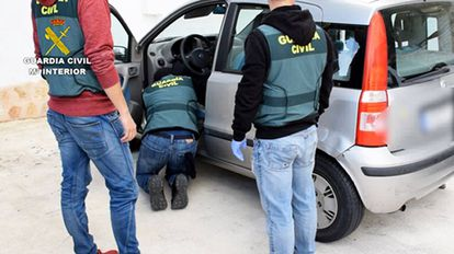 Agentes inspeccionan un vehículo relacionado con el neonazi detenido en Mallorca.