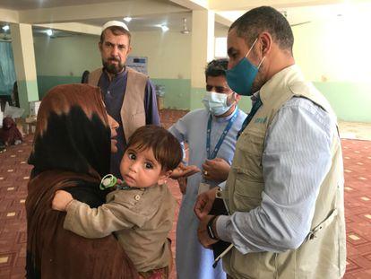 Mustapha Ben Messaoud (derecha), en una reciente visita a Kandahar.