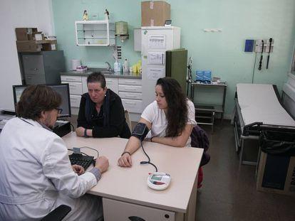 Un médico toma la tensión a una paciente en Barcelona