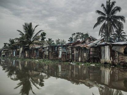 República Dominicana es uno de los diez países más pobres de América Latina, casi un 40% de su población vive en situación precaria. Unas 300.000 personas se alojan en viviendas poco dignas a lo largo de las orillas del río Ozama, que desemboca en el mar, tal como se ve en la imagen, en Santo Domingo, la capital.