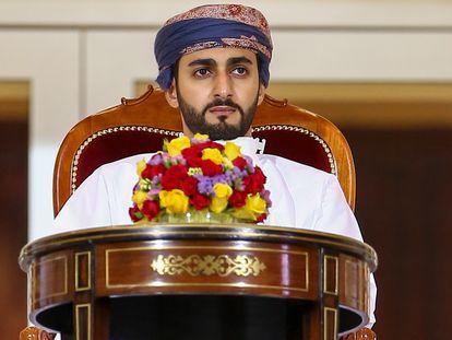 El príncipe Theyazin Bin Haitham, ministro de Cultura, Deportes y Juventud de Omán, durante un partido de fútbol en Mascate, el pasado noviembre.