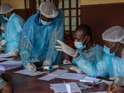 Un equipo de sanitarios del Ministerio de Sanidad de Guinea prepara los formularios para poner la vacuna del ébola al personal médico del hospital N'zerekore, en Conakri, la capital, el pasado 24 de febrero.