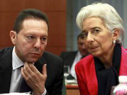 En la imagen, el ministro griego de Finanzas, Giannis Stournaras (i) y la Directora Gerente del Fondo Monetario Internacional (FMI), Christine Lagarde. EFE/Archivo