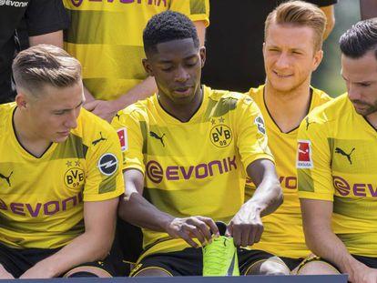 Dembélé se pone la bota izquierda, en la foto de equipo del Dortmund.