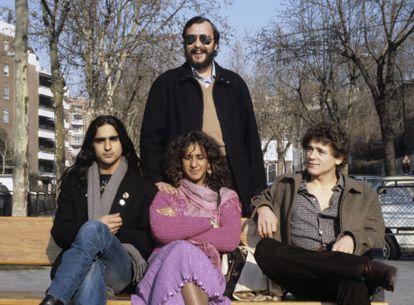 """Eloy de la Iglesia posa con los actores Antonio Flores, Rosario Flores y José Luis Manzano, el trío protagonista de """"Colegas"""", en Madrid en 1982."""