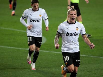 Wass celebra su gol ante el Elche este sábado en Mestalla.