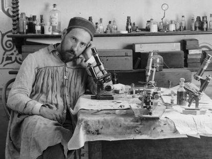 Autorretrato de Cajal en su laboratorio de Valencia, alrededor de 1885.