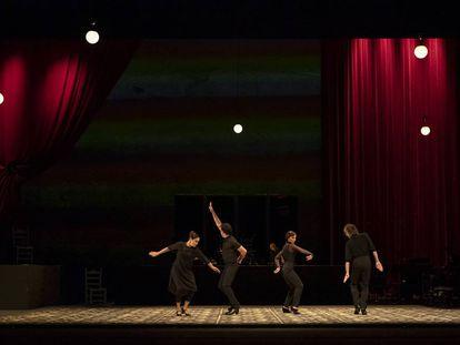 Representación de la obra 'Salón de baile' con dirección artística de Rafaela Carrasco, este miércoles en el Teatro de la Maestranza de Sevilla.