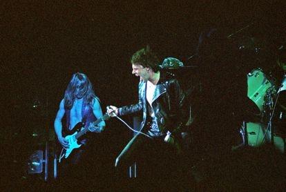 Dave Murray y Paul Di'Anno actuando con Iron Maiden en el Hammersmith Odeon de Londres, el 14 de marzo de 1980.