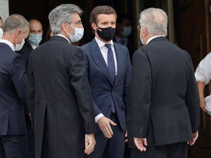 El líder del PP, Pablo Casado (de frente), junto con el presidente del Tribunal Supremo y del Poder Judicial, Carlos Lesmes (a la izquierda), este lunes tras el acto de apertura del Año Judicial en el Tribunal Supremo.
