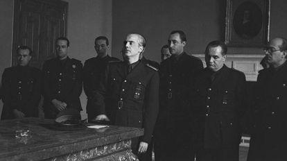 Serrano Suñer jura su cargo de ministro de Exteriores junto a otros compañeros de Gabinete. A la derecha, cabizbajo, está Demetrio Carceller.