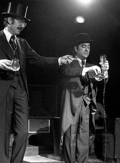 Tip y Coll ejecutan en 1974 uno de sus gags más conocidos, en el que explicaban en español y francés cómo llenar un vaso de agua.