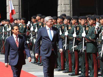 Peña Nieto y Harper, durante la ceremonia de bienvenida en Palacio Nacional.