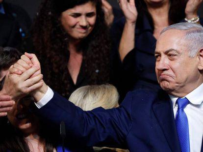 El primer ministro israelí saluda a sus partidarios tras proclamar su victoria electoral el miércoles.