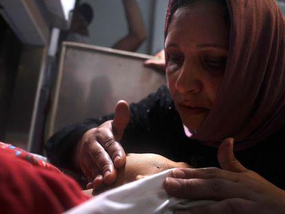 Una madre palestina toca el cadáver de su hijo en un hospital del norte de la Franja de Gaza, este lunes.