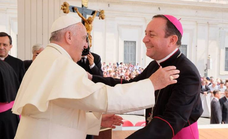 El Papa Francisco recibe en el Vaticano al obispo argentino Gustavo Zanchetta, en junio de 2015.