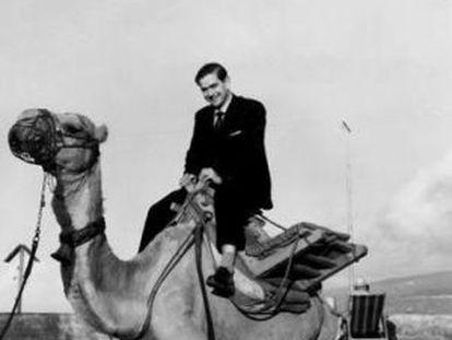 Ignacio Aldecoa sobre un camello en una imagen de 'Imprescindibles' de TV2.