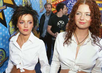 Yulia Volkova y Lena Katina fueron las t.A.T.u., un inaudito (y exitoso) dúo manufacturado en el que dos adolescentes que no tenían ni una relación de amistad simulaban ser pareja. En la imagen, el dúo durante los MTV Movie Awards de 2003.