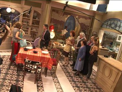 Un momento del rodaje de la serie 'Stamos okupa2' en los estudios de RTVE.