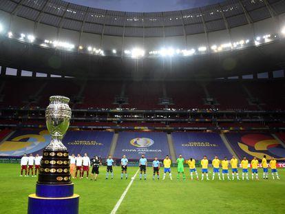 El trofeo de la Copa América durante el partido inaugural entre Brasil y Venezuela.