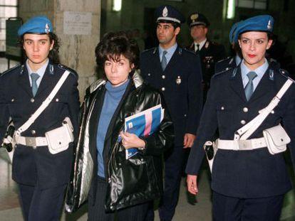 Patrizia Reggiani, en 1998, escoltada en el juzgado de Milán donde fue sentenciada por el asesinato de su exmarido, Maurizzio Gucci.
