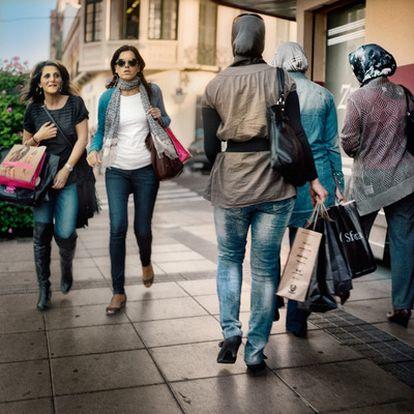 Media mañana en la avenida de Juan Carlos I de Melilla. El corazón comercial de la ciudad y el escenario de sus grandes acontecimientos.