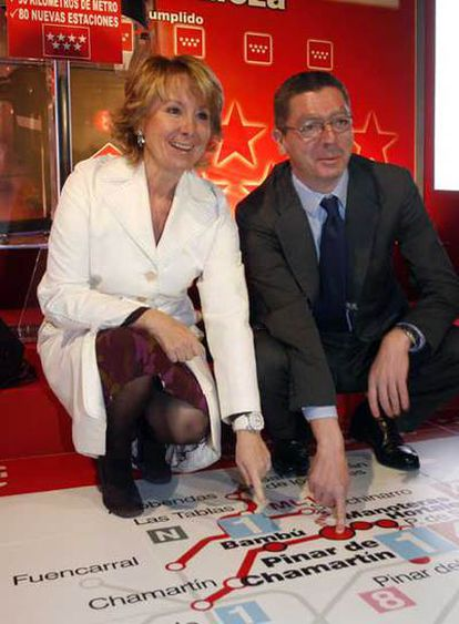 Esperanza Aguirre y Alberto Ruiz-Gallardón inauguran una línea de metro.