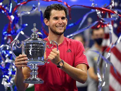 Thiem posa con el trofeo de campeón del US Open en la Arthur Ashe de Nueva York.