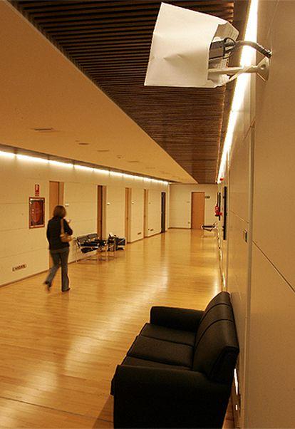 Cámara tapada con papel en el pasillo de las oficinas del PP en el Congreso de los Diputados.