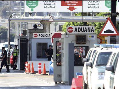 Policía españoles y gibraltareños en el control fronterizo.