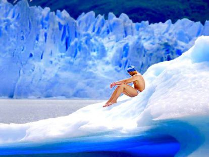 Matías Ola sentado en pleno glaciar Perito Moreno.
