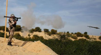 Un miliciano palestino dispara un cohete en un entrenamiento en Gaza.