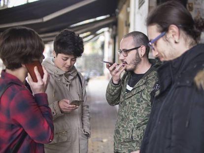 Un grupo de jóvenes usando sus móviles en Sevilla.