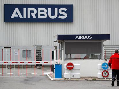 El logotipo de Airbus en la entrada de las instalaciones de la empresa en Bouguenais, cerca de Nantes, Francia.
