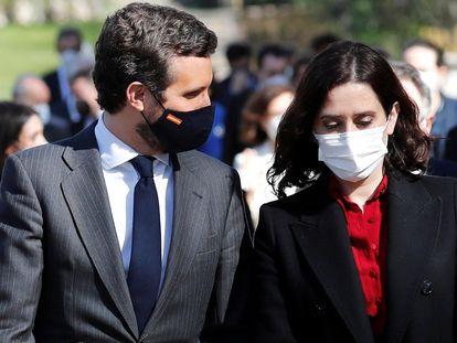 Pablo Casado e Isabel Díaz Ayuso, este jueves en los jardines del Palacio Real de Madrid.