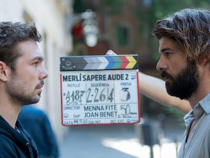 Pol Rubio (izquierda) y Jordi Coll, en el rodaje de 'Merlí Sapere Aude', en catalán.