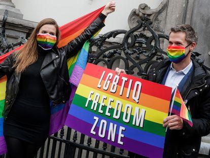 La eurodiputada alemana Terry Reintke y el francés Pierre Karleskind, frente al Manneken-Pis de Bruselas en apoyo a la resolución por los derechos LGTIBQ