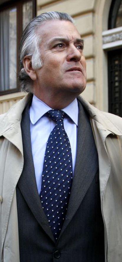 Luis Bárcenas, a la salida de su domicilio en Madrid.