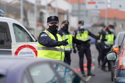 Varios de los agentes de la Policía Local realizando un control de movilidad en la salida de Santiago de Compostela. Álvaro Ballesteros / Europa Press 15/01/2021