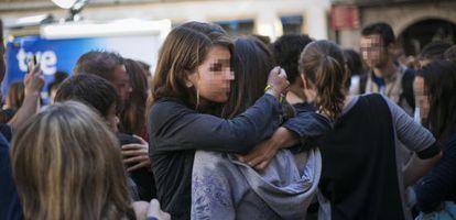 Compañeros y amigos de A. M. lloran la muerte de la menor durante la concentración celebrada ayer en Tàrrega (Lleida).