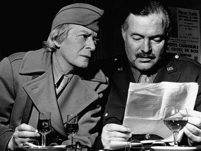 La periodista Janet Flanner y Ernest Hemingway, en una imagen sin datar.