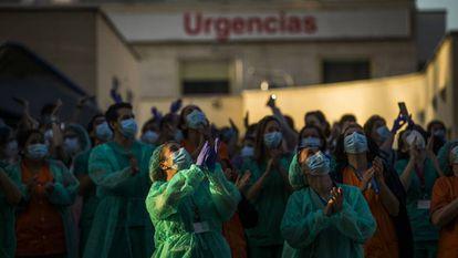 El esfuerzo de los sanitarios. Personal del hospital Gregorio Marañón, devolviendo los aplausos a las puertas del centro.